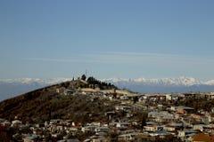 积雪的山脉背景的镇  免版税图库摄影