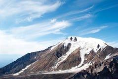 积雪的山顶层横向  免版税库存图片