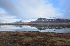 积雪的山风景看法在冰岛 库存照片