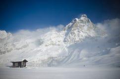 积雪的山马塔角的惊人的看法从意大利边的 库存照片