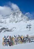 积雪的山马塔角的美丽的景色从意大利边的 免版税库存图片