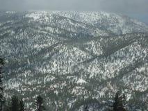 积雪的山 免版税库存图片