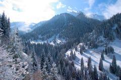 积雪的山Ile Alatau在太阳日 库存照片
