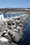 积雪的岩石码头跳船到Seneca湖NY里 免版税库存照片