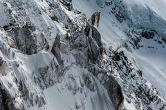 积雪的峭壁和冰川裂隙在冬天 免版税库存图片