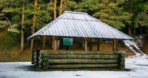 积雪的木眺望台在一个多云冬日 免版税库存图片