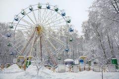 积雪的树围拢的积雪的弗累斯大转轮 免版税库存照片