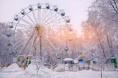 积雪的树围拢的积雪的弗累斯大转轮 库存图片