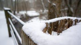 积雪的桥梁 免版税库存图片