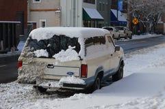 积雪的汽车和边路 免版税库存照片