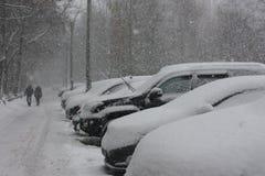 积雪的汽车在城市 库存照片