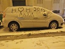 积雪的汽车在巴黎-美丽的雪巴黎- i爱雪 免版税库存照片