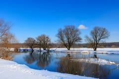 积雪的河岸在一个晴朗的冬天晚上 33c 1月横向俄国温度ural冬天 免版税库存照片