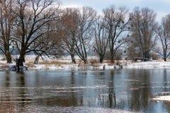 积雪的河岸在冬天 33c 1月横向俄国温度ural冬天 库存图片