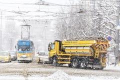 积雪的清除卡车和电车在索非亚,保加利亚 库存照片