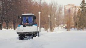 积雪的清除在冬天 积雪的清除 有刮板的拖拉机在冬日 雪去除的拖拉机 股票录像