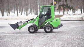 积雪的清除拖拉机从走道取消雪 影视素材