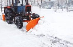 积雪的清除机器清洗雪街道  从雪的清洗的路 库存照片