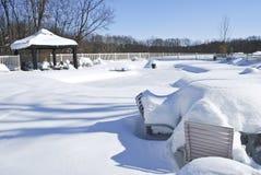 积雪的游泳池 图库摄影