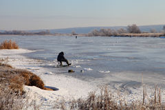 积雪的湖的渔夫 库存照片