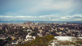 积雪的爱丁堡全景,包括城堡和峡湾  免版税库存照片