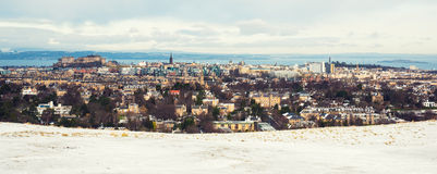 积雪的爱丁堡全景,包括城堡和Arthurs位子 库存图片
