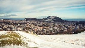 积雪的爱丁堡全景,包括Arthurs位子 免版税库存照片