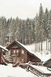 积雪的瑞士山中的牧人小屋,与拷贝空间的冬天背景 免版税库存图片