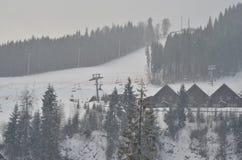 积雪的瑞士山中的牧人小屋,与拷贝空间的冬天背景 图库摄影
