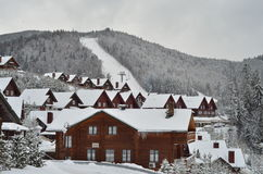 积雪的瑞士山中的牧人小屋,与拷贝空间的冬天背景 库存图片