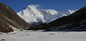积雪的登上卓奥友峰 从Gokyo,尼泊尔的看法 免版税库存图片