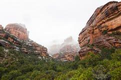 积雪的红色岩石的全景照片在仙女的峡谷的在塞多纳 arizonian 库存照片