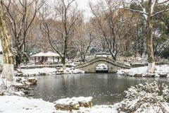 积雪的老桥梁和亭子 免版税库存照片