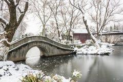 积雪的老桥梁和亭子 免版税库存图片