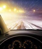 积雪的路在晚上 库存图片