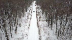 积雪的路的鸟瞰图在乘坐6x6 SUV的冬天森林里 股票视频