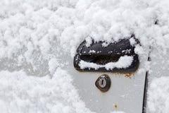 积雪的车门把柄特写镜头 汽车在冬天 库存照片