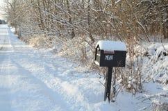 积雪的邮箱雪早晨农村路 库存照片