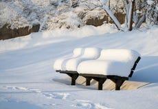 积雪的长凳。 免版税库存图片
