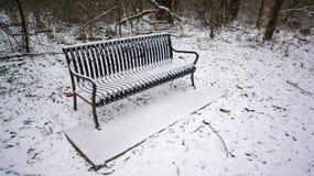 积雪的长凳 图库摄影