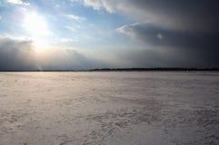 积雪的领域、树和河冬天风景在早期的有薄雾的早晨 图库摄影