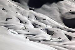 积雪的风景惊人的看法和一条路和一座山在阿尔卑斯瑞士 免版税库存图片