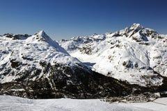 积雪的风景惊人的看法和一条路和一座山在阿尔卑斯瑞士 库存图片