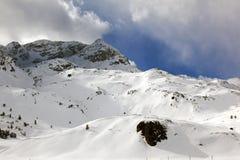 积雪的风景惊人的看法和一条路和一座山在阿尔卑斯瑞士 免版税图库摄影