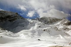 积雪的风景惊人的看法和一条路和一座山在阿尔卑斯瑞士 图库摄影