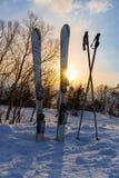 积雪的滑雪,陷进在雪外面 库存照片