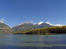 积雪覆盖湖的山 库存图片