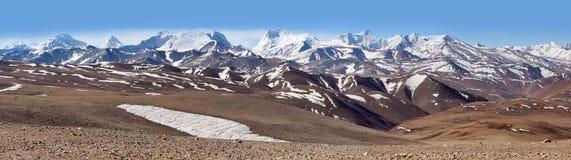 积雪覆盖的喜马拉雅山全景在西藏,中国 库存照片