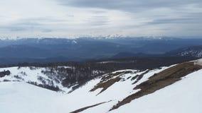积雪覆盖的山全景  图库摄影