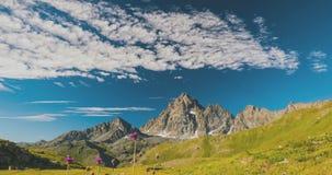 积雪覆盖的山土坎和峰顶与移动的云彩在阿尔卑斯在夏天,托里诺省,意大利 在日落的时间间隔 股票视频
